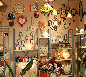 入り口付近には、ヴェネツィアンガラスのペンダントやオシャレな時計・バッグが!